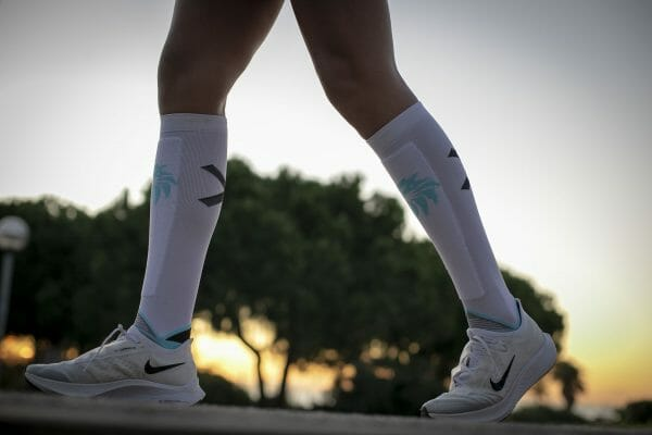calcetines running altos hombre blancos